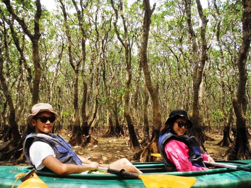 カップルで奄美マングローブカヌーを楽しむ
